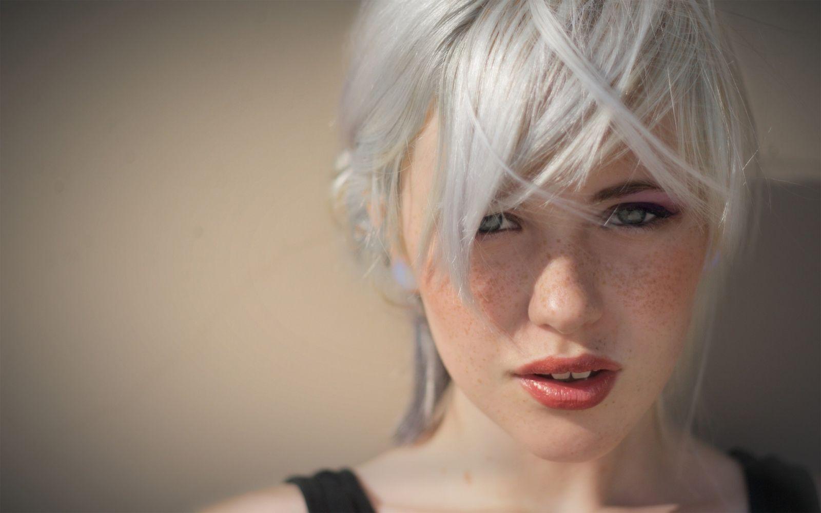 От чего появляются седые волосы у молодых